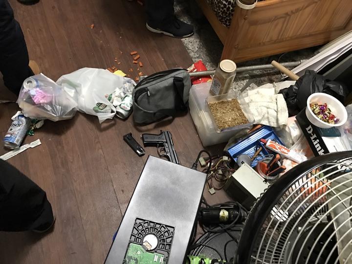 警方在洪男家中查扣改造手槍1把與改造工具等證物。記者劉星君/翻攝