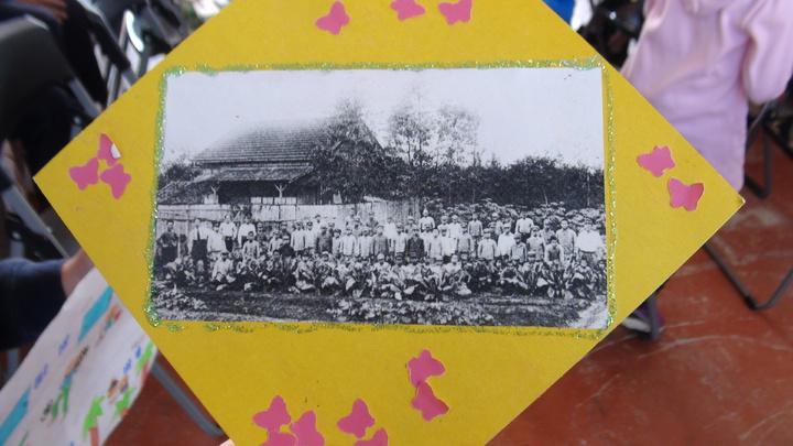 校方找出舊校舍照片,重現歷史現場。記者郭宣&#24419/攝影