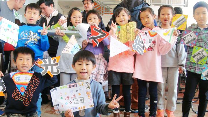 小學生用圖畫、文字、照片紀錄校園。記者郭宣&#24419/攝影