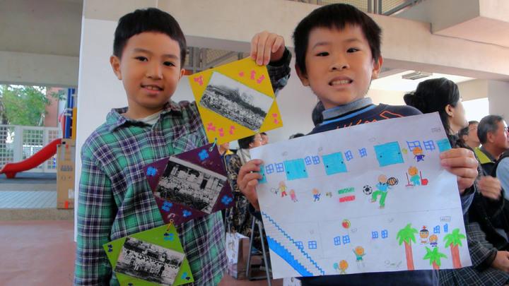 二年級學生嚴友謙(右)、陳正勛(左),用圖畫、照片紀錄校園。記者郭宣&#24419/攝影