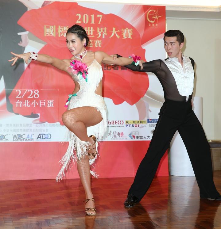 小嫻(左)爆出不孕之後首度出席公開活動,擔任2017國標舞世界大賽亞巡賽親善大使。記者陳立凱/攝影