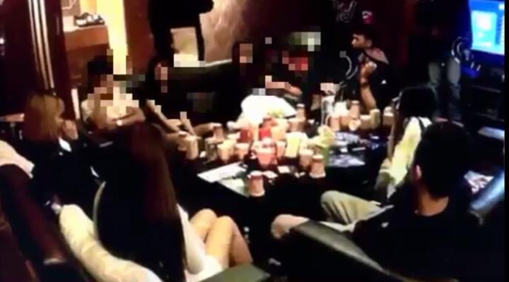 警方昨到桃園汽車旅館攻堅,見集團成員正與傳播妹開毒趴。記者江孟謙/翻攝