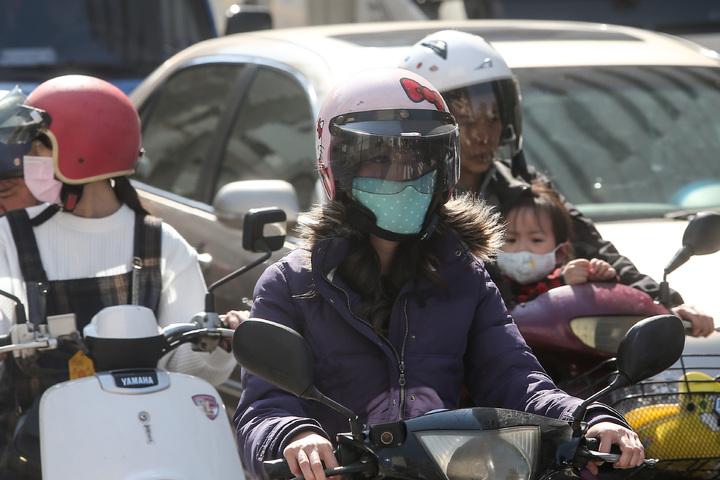 台中市今天空氣品質不佳,環保署發佈紅色警戒,民眾上街時紛紛戴上口罩因應。記者黃仲裕/攝影