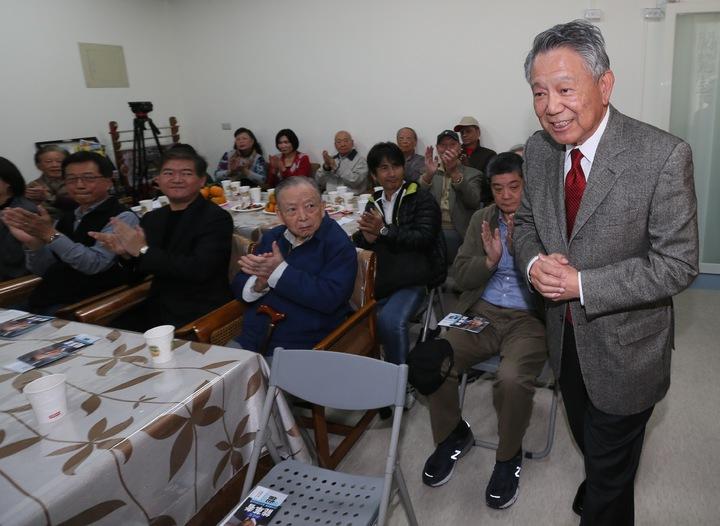 參選國民黨主席詹啟賢(右)來到成功國宅,與黨員進行改革座談會。記者許正宏/攝影