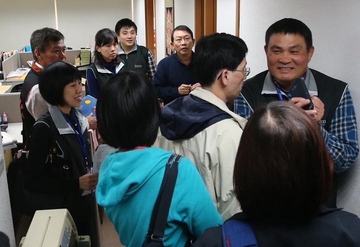 勞動部下午與觀光局大陣仗突檢北市一家旅行社,稽查營運狀況。記者王騰毅/攝影