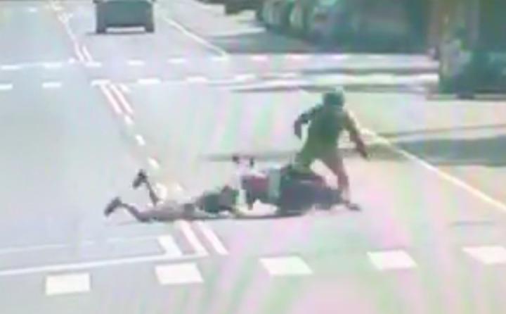 機車騎士與闖紅燈慢跑男發車碰撞,結果騎士責任較大。記者蕭雅娟/翻攝