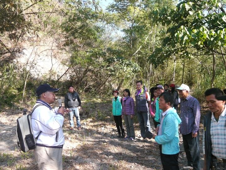甲仙舉辦化石之旅,退休教授鍾廣吉(左1)講解甲仙的地質特色。記者徐白櫻/攝影