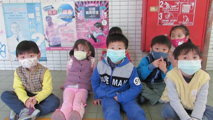 苗栗市資源回收場大火造成空氣異味,新英國小師生今天戴口罩上課。記者范榮達/攝影