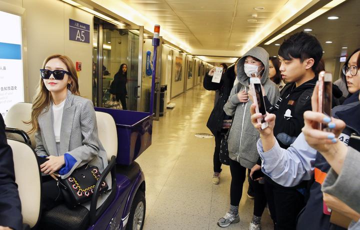 韓星潔西卡傍抵達台,幾位幸運的粉絲在閘口拍到潔西卡。記者鄭超文/攝影