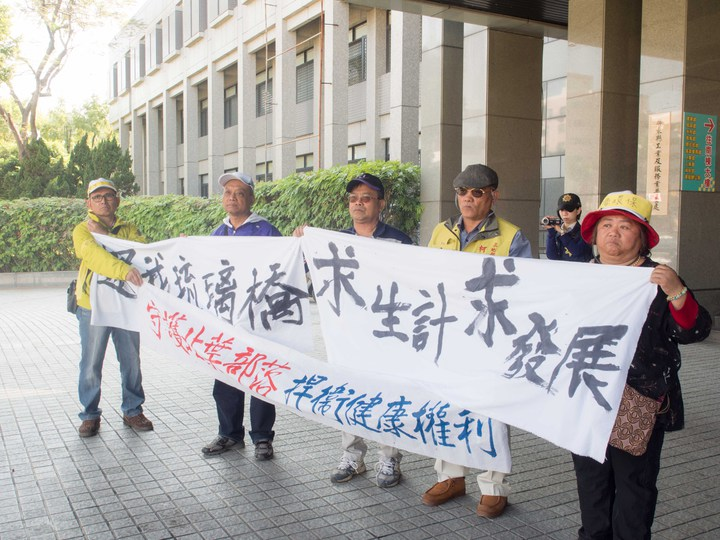 屏東北葉部落及三地部落民眾組成山川琉璃吊橋自救會,今天在縣府前發起抗議。記者林良齊/攝影