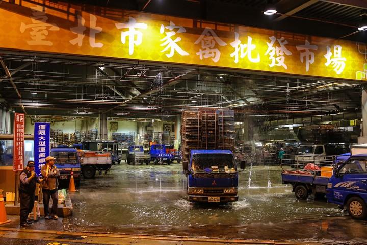 貨車進出市場皆有消毒。記者鄭清元/攝影