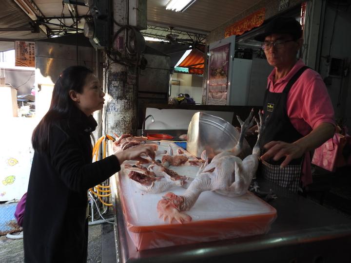 台南市新化傳統市場一早就出現搶買現宰雞民眾。記者吳淑玲/攝影