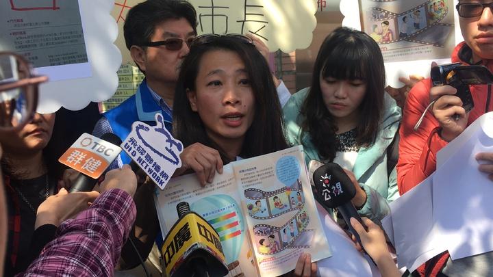 學生家長反對教科書的性別光譜內容。記者陳秋雲/攝影