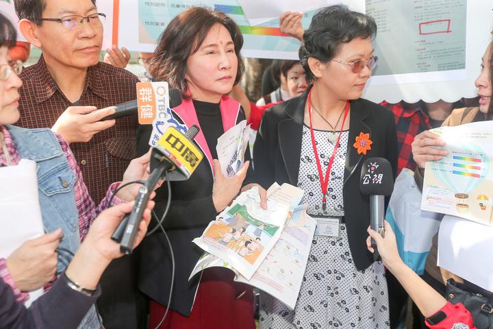 台中市議員黃馨慧(左二)在光明國中校長胡金枝(右)前撕毀爭議性教材。記者黃仲裕/攝影