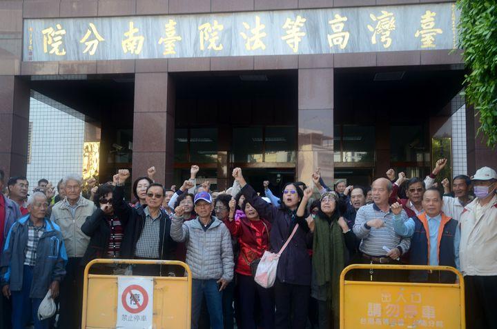 李全教支持者在台南高分院前高呼「司法不公」,表達不滿。記者邵心杰/攝影