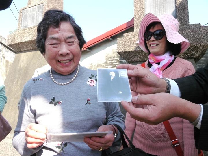 梅內杉枝帶著父親、兄長與她小時候在台灣拍攝的照片來台尋根,很高興在有生之年能返回故居杉林。記者徐白櫻/攝影