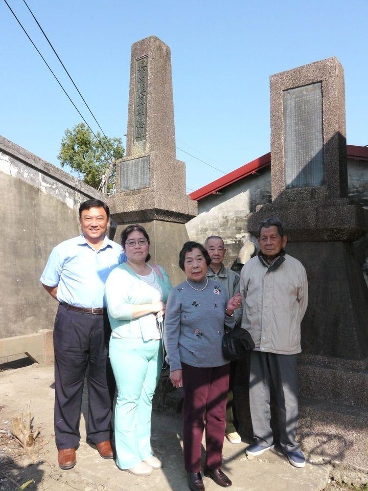 日本奶奶梅內杉枝(右二)由女兒家鋪純子(左二)陪同來台,專程前往80年前豎立的月眉吊橋紀念碑,追念父親熊谷茂作。記者徐白櫻/攝影