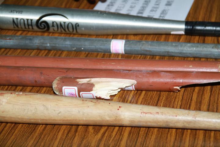 用來行兇的棍棒被打到斷成3截。記者羅建旺/攝影