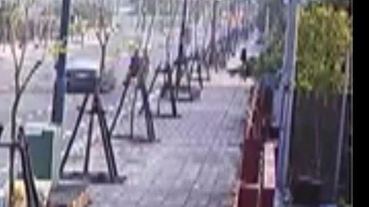 田尾鄉林姓男子開車急著接小孩,不幸在公路花園的公園路上失控追撞遊園協力車,造成1死2傷的車禍。記者何炯榮/翻攝鉻口監視器畫面