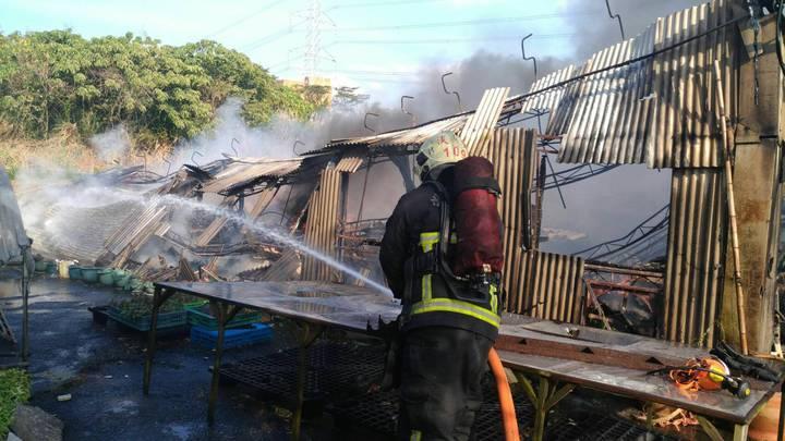 消防人員全力灌救,迅速將火勢撲滅。記者陳雕文/翻攝