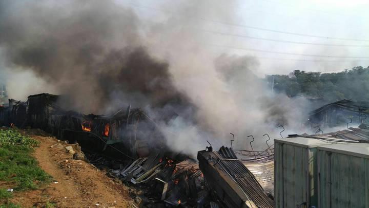 由於工廠存放廢棄辦公器具及保麗龍,燃燒產生大量黑煙。記者陳雕文/翻攝