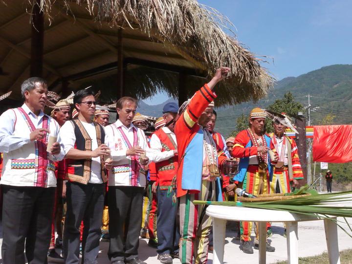 拉阿魯哇族長老帶領族人敬酒祈福,希望祭儀一切順利。記者徐白櫻/攝影