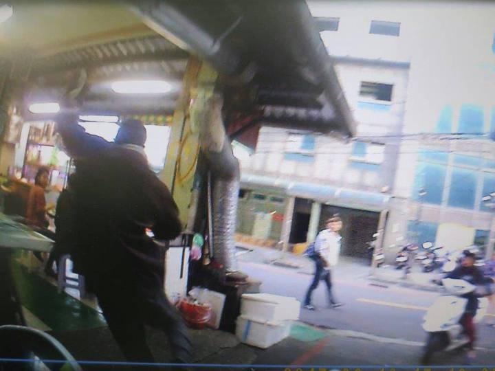 黃男瞬間轉身跑進海產街,企圖躲避警方追緝。記者林孟潔/翻攝
