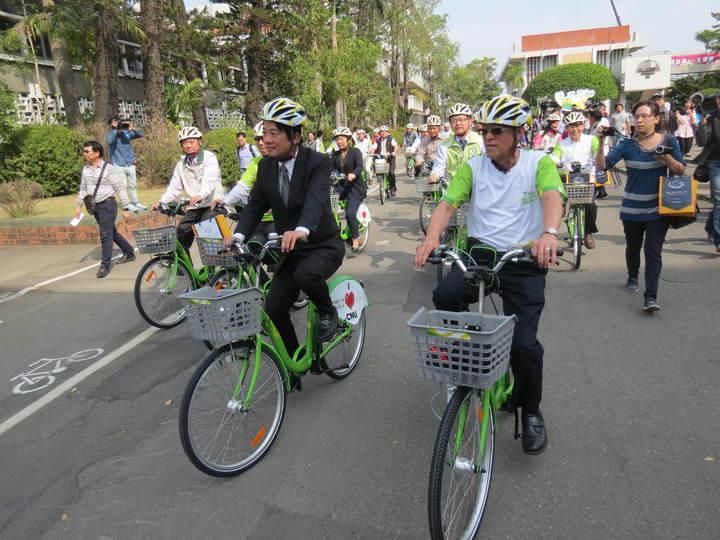 T-Bike首進校園,市長賴清德(前左)率先試騎。記者周宗禎/攝影