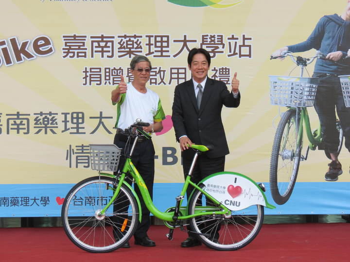 市長賴清德(右)感謝校方捐車設站。記者周宗禎/攝影