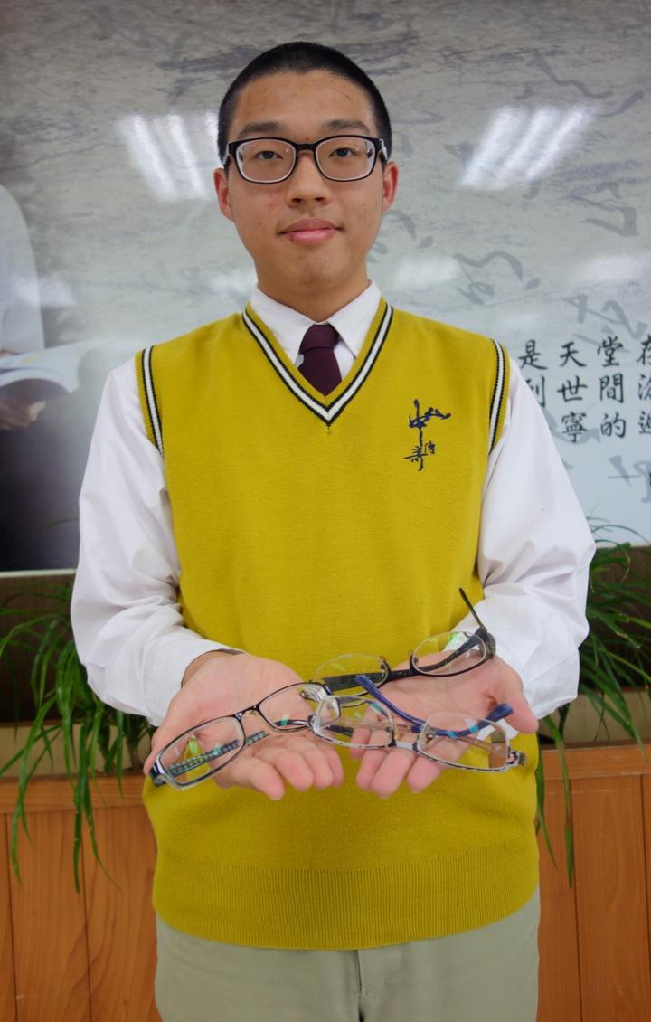 高市中山工商學生陳伯霏在新眼鏡加持下,學測考出58級分,他希望以繁星計畫申請政大日文系。記者劉星君/攝影