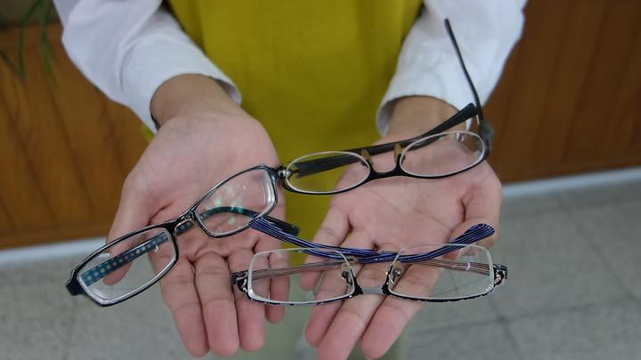 高市中山工商三年級學生陳伯霏因為蠶豆症,近視近千度,為了省錢一直配戴不合度數眼鏡,甚至撿別人的二手眼鏡,也將眼鏡都保留。記者劉星君/攝影