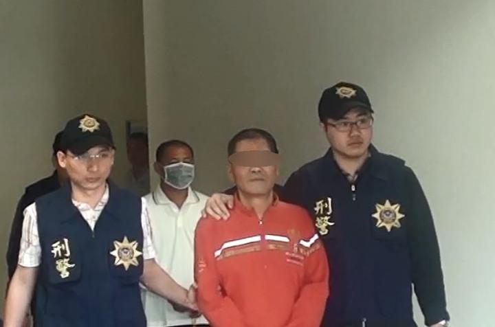 屏東縣警方會同屏東縣調查站將顏姓男子等人逮獲送辦。圖/民眾提供