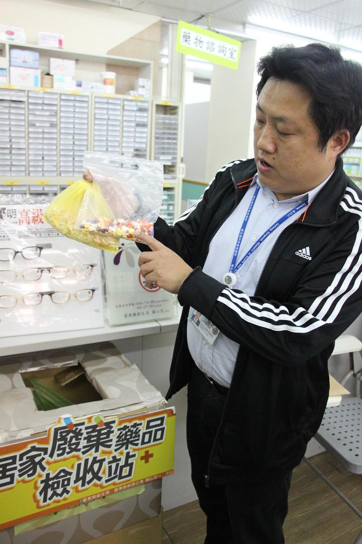 民眾送交回收藥品,最好先行將藥品集中處理包好。記者李蕙君/攝影