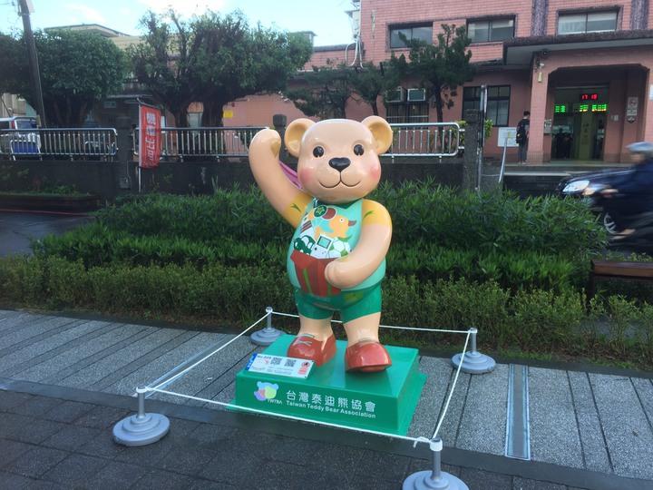 瑞芳區公所與台灣泰迪熊協會合作,引進18座泰迪熊戶外裝置藝術,放置在瑞芳火車站前廣場與區民廣場,吸引許多民眾拍照打卡。圖/瑞芳區公所提供