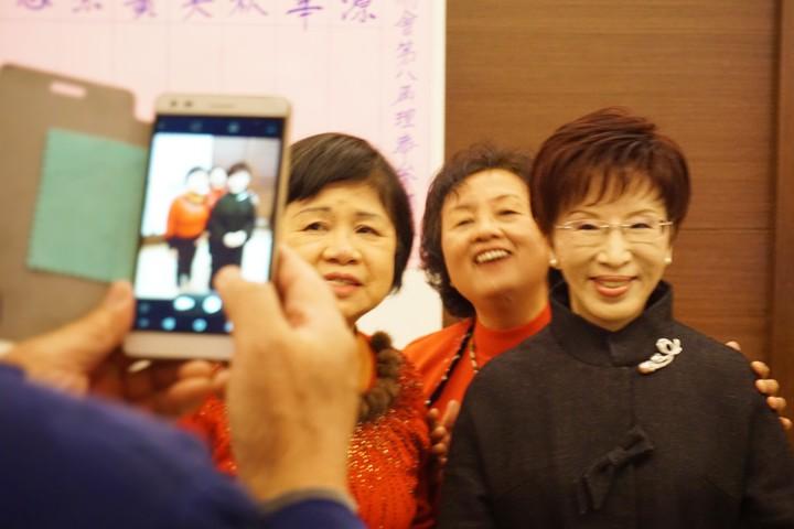 國民黨黨主席洪秀柱(右)今天出席聯誼會,受到民眾歡迎,搶著與她合影。記者吳佩旻/攝影