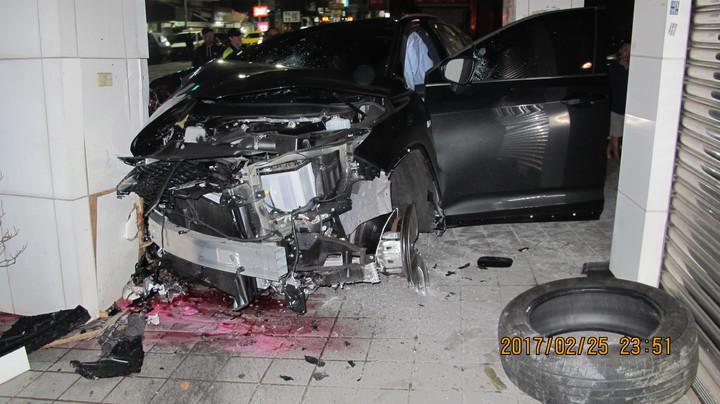休旅車的車頭全毀,顯示撞擊力道極大。圖/警方提供