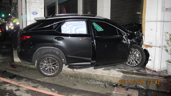 休旅車高速撞進騎樓,右後座的安全氣囊爆開。圖/警方提供