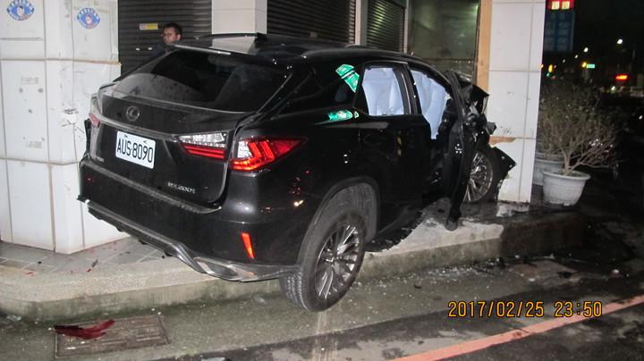 休旅車高速撞進騎樓,右前座的安全氣囊爆開。圖/警方提供