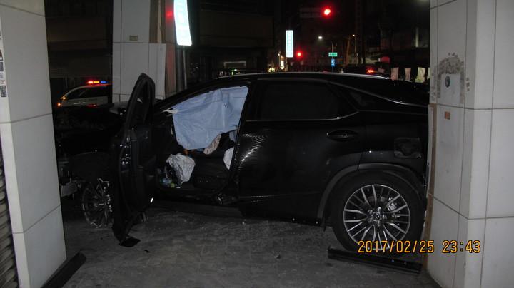 從警方提供的照片,清楚看見駕駛座的安全氣囊爆開。圖/警方提供