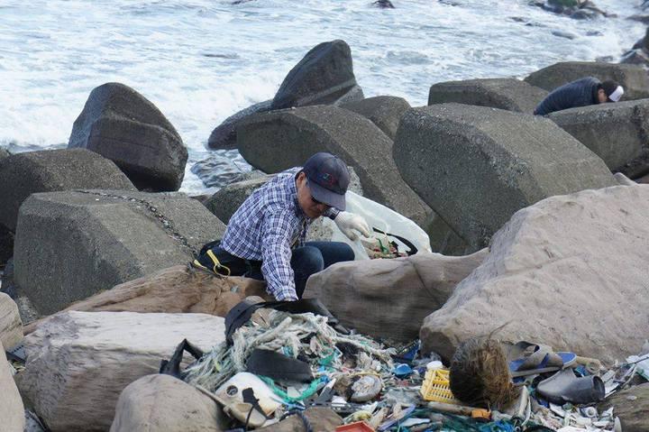 陳信助發動淨溪淨灘,今天滿兩周年,他慶祝生日的方式,還是淨灘。圖/陳信助提供