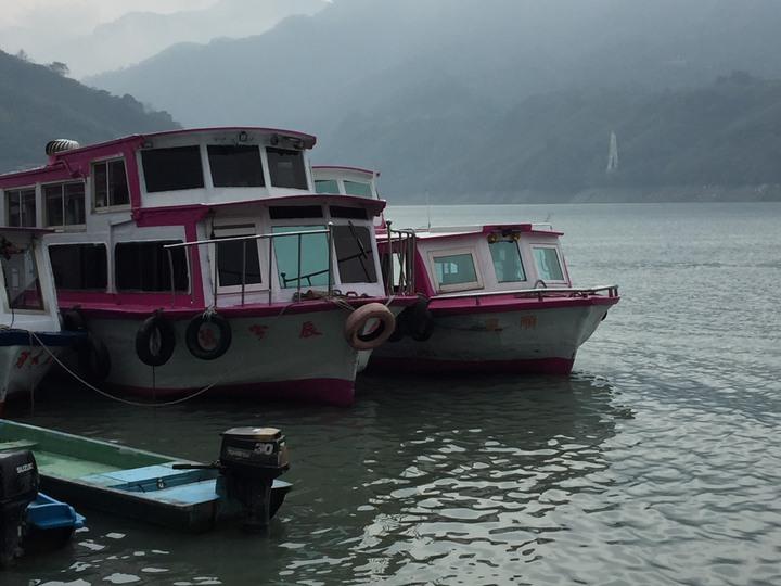石門水庫周邊居民大多以捕魚、遊艇為主要經濟來源,今天遊艇業者、居民等舉行媽祖遊湖遶境活動,除了祈求行船出入安全,也期盼媽祖能保佑風調雨順,解除旱象。記者張雅婷/攝影
