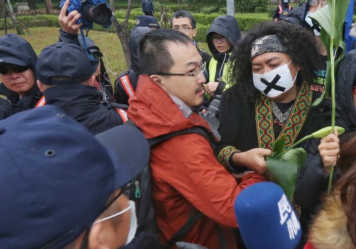 紀錄片導演馬躍比吼、歌手巴奈及那布等多位原住民下午企圖進入二二八紀念公園內,遭警察阻擋。記者陳正興/攝影