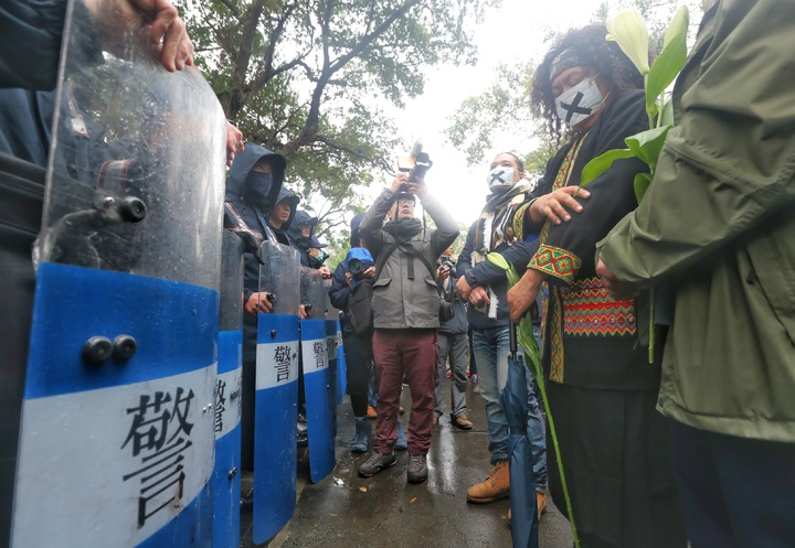 紀錄片導演馬躍比吼、歌手巴奈及那布等多位原住民下午,隔著警方人牆,遠遠參加二二八活動儀式。記者陳正興/攝影