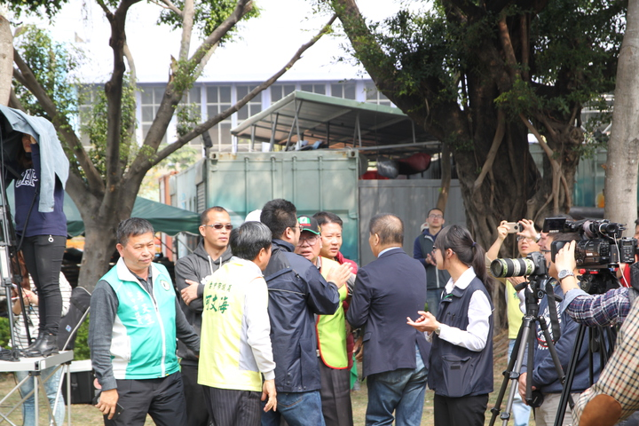 台中市908台灣國總會長周崇德(中)在市長林佳龍致詞時一度要衝進會場,所幸被人擋下。記者黃寅/攝影