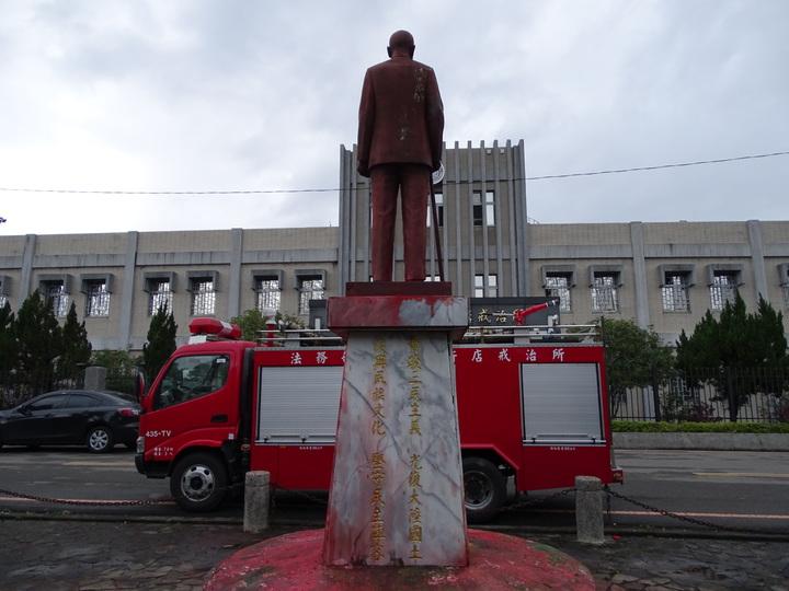 新店戒治所前的蔣公銅像今被人潑漆。記者江孟謙/攝影