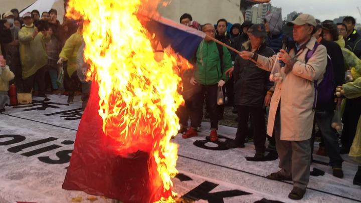 自由台灣黨主席蔡丁貴今天中午率眾到中正紀念堂抗議、焚燒國旗,警方蒐證後將依法究辦。記者許家瑜/攝影