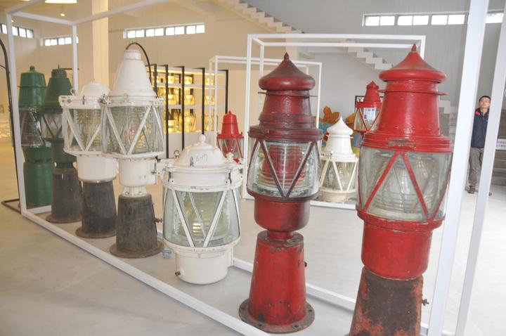 燈塔文物館展出各式古老燈器。記者游明煌/攝影