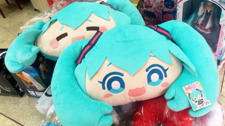 日本娃娃機中有各式原版模型、公仔,還有初音未來抱枕。記者卜敏正/攝影