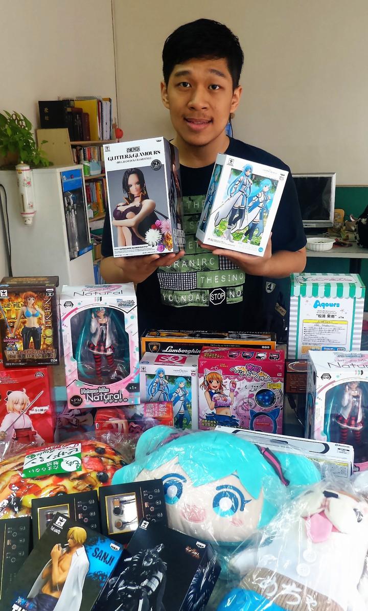孫得恩從日本夾回三大箱、數十件商品,包括日本航海王動漫公仔、初音未來抱枕等。記者卜敏正/攝影