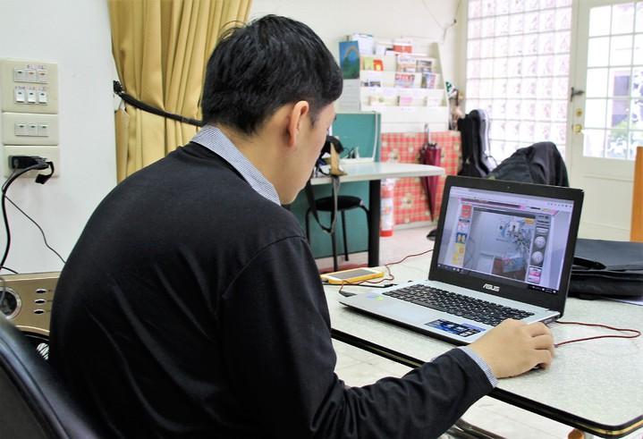 抓娃娃「甩爪」高手孫得恩,透過網路隔空到日本夾娃娃。記者卜敏正/攝影